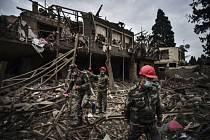 Vojáci pátrají v troskách města Gjandža po přeživších