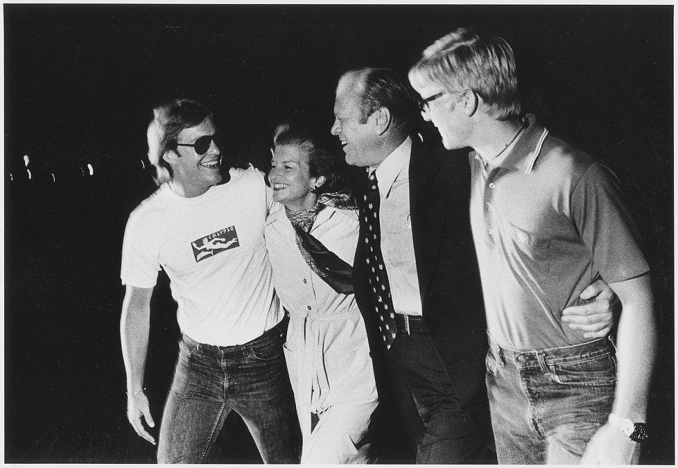 Rodina přivítala Geralda Forda v Bílém domě ve Washingtonu asi deset hodin po pokusu o atentát