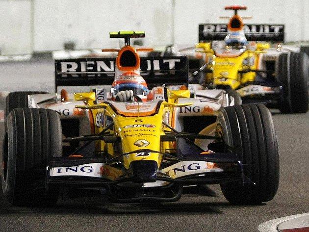 Nelson Piquet  (vpředu) jede před kolegou Fernandem Alonsem na trati v Singapuru.