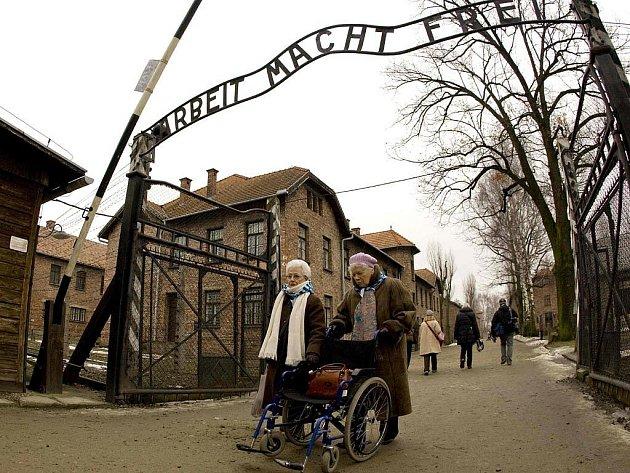 """Neznámí pachatelé v noci na pátekz brány bývalého nacistického koncentračního tábora v Osvětimi na jihu Polska ukradli nápis """"Arbeit macht frei"""" (Práce osvobozuje)."""