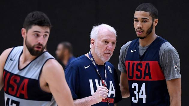 Trenér amerických basketbalistů Gregg Popovich (uprostřed).