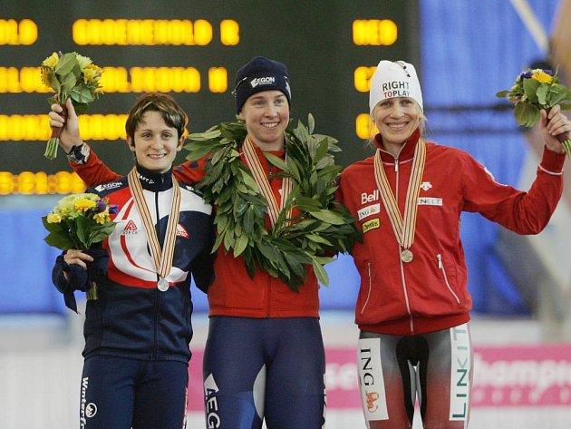 Tři nejrychlejší ženy čtvrtečního závodu rychlobruslařek na 3000 metrů.