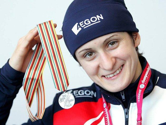 Martina Sáblíková se stříbrnou medailí ze závodu na 3000 metrů.
