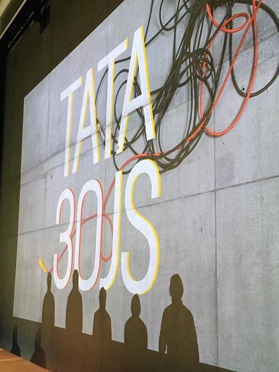 Skupina Tata Bojs slaví třicetiny výstavou v pražském DOXu.