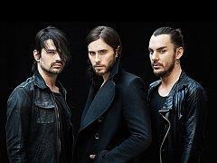 THIRTY SECONDS TO MARS tvoří (zleva) Tomo Miličević, Jared Leto a jeho bratr Shannon Leto.