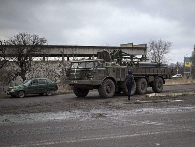 Navzdory nejnovějším diplomatickým snahám o urovnání ozbrojeného konfliktu mezi Kyjevem a proruskými separatisty se na východě Ukrajiny dál ozývá střelba. Ilustrační foto.