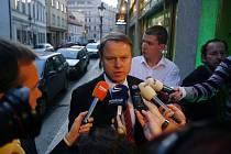 Ministr životního prostředí  Martin Bursík přijel do štábu Strany zelených kolem šesti hodin.