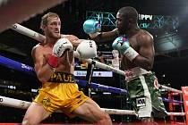 Exhibiční zápas mezi youtuberem Loganem Paulem (vlevo) a neporaženým boxerem Floydem Mayweatherem (vpravo).