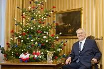 Prezident Miloš Zeman pronesl 26. prosince své tradiční vánoční poselství z lánského zámku. Snímek je z dopoledního natáčení.