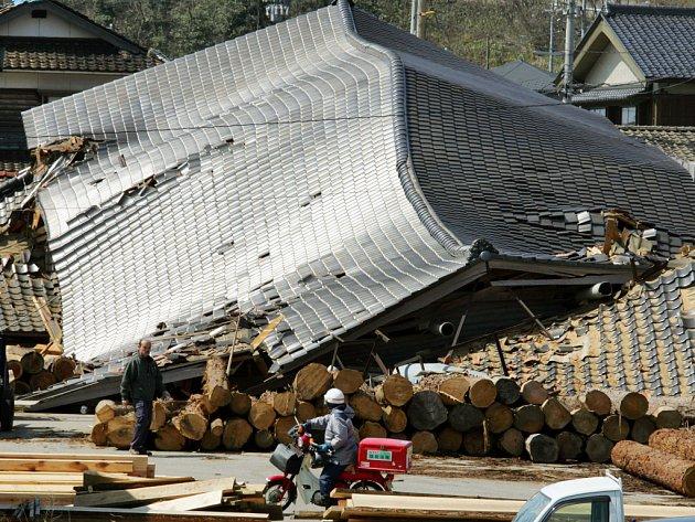 Zřícená budova v japonské Wajimě.