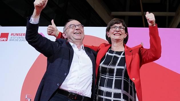 Noví předsedové německé SPD Saskia Eskenová a Norbert Walter-Borjans na snímku z 30. listopadu 2019.