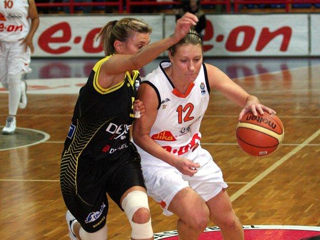 Basketbalistky Gambrinusu Sika Brno zvítězily v pátém kole Euroligy nad belgickým Namurem vysoko 93:66. Na snímku v souboji Šírková a Szymanská.