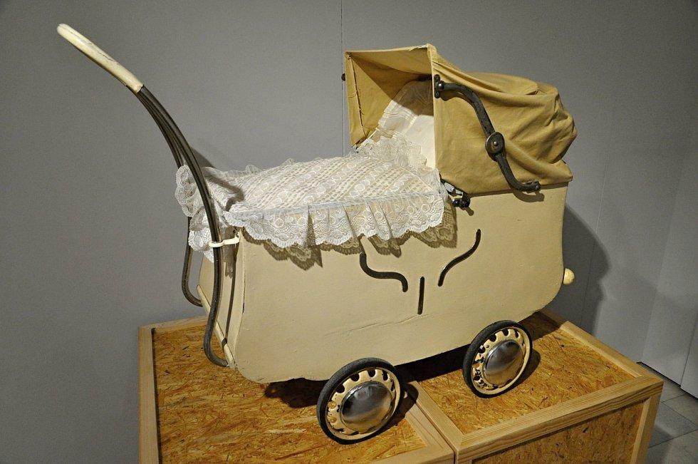 Na snímcích jsou kočárky z let 1880–1980, které byly k vidění také na výstavě Ivany Spitzer Ostřanské v Muzeu regionu Valašsko.