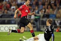 Ryan Giggs z Manchesteru United otevírá skóre v utkání LM proti Schalke.