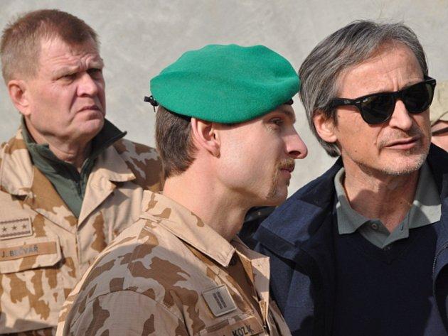 Ministr obrany Martin Stropnický navštívil v sobotu a v neděli české vojáky v Afghánistánu. Vojákům, kterých v zemi nyní působí 285, přivezl vánoční dárky.