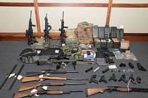 Arzenál zbraní, které policie našla v Hassonově domě