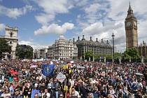 V Londýně demonstrovaly tisíce lidí proti brexitu