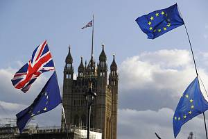 Vlajky EU a Británie. Ilustrační snímek