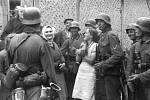 """Propagandistický snímek zachycuje Němce při setkání s """"nadšeně je vítajícími"""" sovětskými civilisty"""