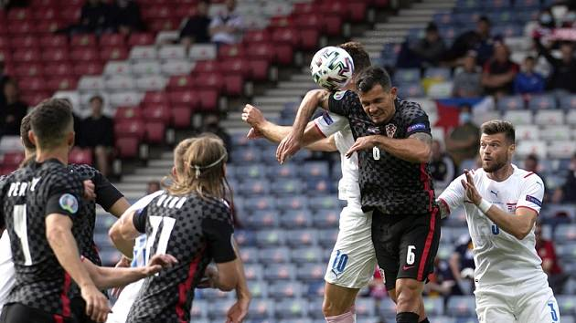 Penaltový okamžik: chorvatský obránce Lovren fauluje Patrika Schicka.