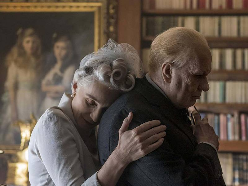 Kristin Scott Thomasová a Gary Oldman ve filmu Nejtemnější hodina