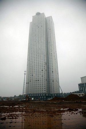 Devatenáct pracovních dní trvalo prý čínské developerské společnosti vztyčit mrakodrap o57 patrech vcentrální části Číny. Firma se nyní chlubí, že je nejrychlejším stavitelem na světě.