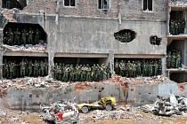 Trosky zřícené budovy na předměstí Dháky