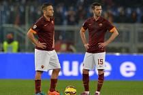 Fotbalisté AS Řím Francesco Totti (vlevo) a Miralem Pjanić.