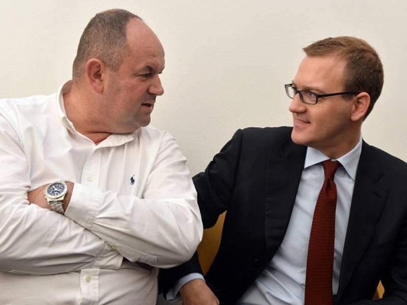 Předseda FAČR Miroslav Pelta (vlevo) a šéf Sparty Daniel Křetínský (vpravo) byli předvoláni k Okresnímu soudu pro Prahu-západ v kauze údajné korupce při zápase nejvyšší fotbalové soutěže mezi Jabloncem a Plzní.