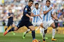 Cristiano Ronaldo z Realu Madrid (vlevo) pálí proti Málaze.