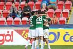 Fotbalisté Jablonce se radují z gólu.