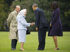 Královna Alžběta s princem Philipem vítají prezidenta Obamu s chotí.