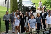 Barack Obama (uplně vlevo) na vycházce.