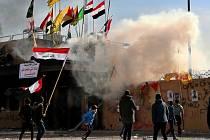 Demonstrace před velvyslanectvím USA v Bagdádu na snímku z 1. ledna 2020