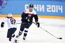 Opora hokejistů Slovenska Zdeno Chára (vpravo) proti Rusku na olympijských hrách v Soči.