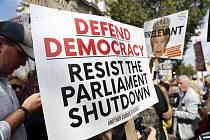 Tisíce lidí dnes v Británii protestovaly proti rozhodnutí premiéra Borise Johnsona, který tento týden ohlásil několikatýdenní přerušení práce britského parlamentu před termínem brexitu