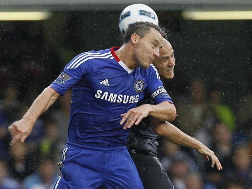 John Terry z Chelsea (vlevo) v souboji s českým reprezentantem Romanem Bednářem v dresu West Bromwiche.