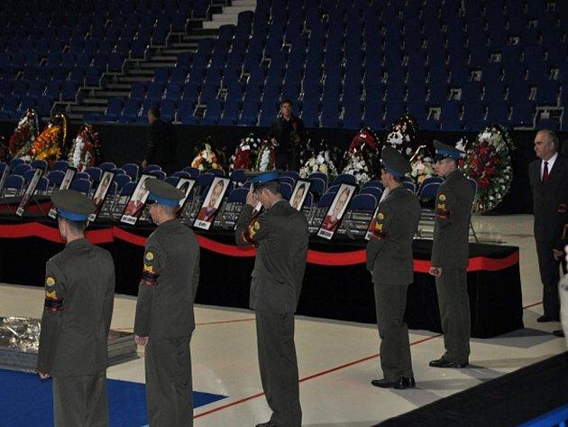 Pietní ceremoniál v aréně v Jaroslavli k uctění obětí leteckého neštěstí, při kterém zahynuli hokejisté klubu Lokomotiv Jaroslavl.