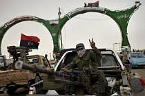 Do Tuniska ve čtvrtek uprchlo 13 libyjských důstojníků a vojáků. Podle tuniské agentura TAP se vydali na hraničním přechodu tuniské armádě.