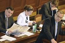 Poslanecká sněmovna začala 13. července v Praze projednávat důchodovou reformu. Zleva premiér Petr Nečas, vicepremiérka Karolína Peake, ministr dopravy Pavel Dobeš a ministr financí Miroslav Kalousek.
