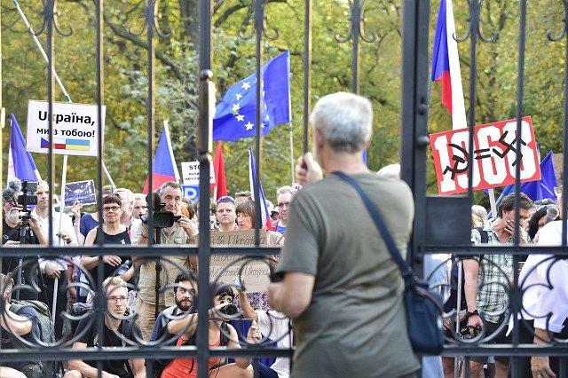 """Demonstrace pod názvem """"Nezapomínáme. Protestujeme."""" k 50. výročí okupace armádami Varšavské smlouvy se konala před ruskou ambasádou v Praze."""