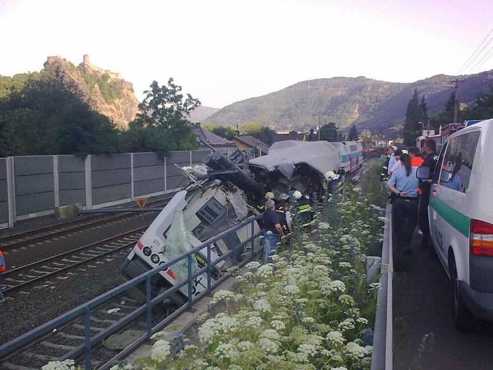 Záběry vykolejeného vlaku. K nehodě došlo v ústecké čtvrti Vaňov