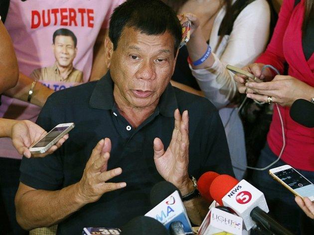 Filipínský prezident Benigno Aquino vyzval kandidáty na nejvyšší úřad v zemi, aby se před pondělními volbami spojili a zabránili tak zatím jasnému vítězství Rodriga Duterteho.