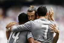 Fotbalisté Realu Madrid oslavují gól v síti Espaňolu.