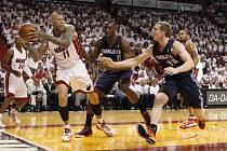 Miami vs. Charlotte: Chris Hendersen u míče