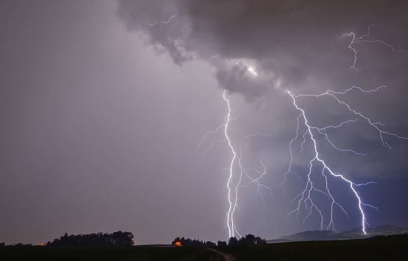 Lovec bouřek Filip Petržílek fotografuje za extrémního počasí nejen blesky. Snímek z okolí Vrchlabí.