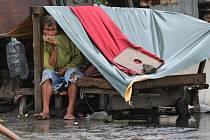 Mocný tajfun Koppu v noci na dnešek dorazil na Filipíny. Místní úřady preventivně nařídily tisícům lidí na pobřeží evakuaci a zrušily řadu vnitrostátních letů.
