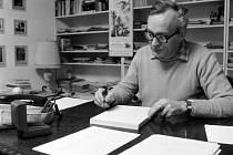 Spisovatel a scenárista Jaroslav Dietl u pracovního stolu.
