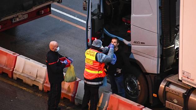 Francouzští hasiči provádí test na koronavirus řidiči v přístavu v anglickém Doveru, 24. prosince 2020.