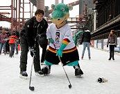 Maskot hokejového mistrovství světa 2010 v Německu - dinosaurus Urmel